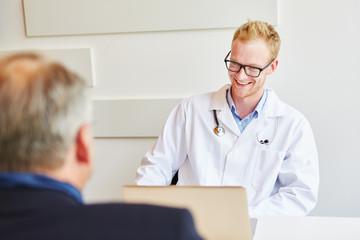 Arzt redet vertrauensvoll mit Patient