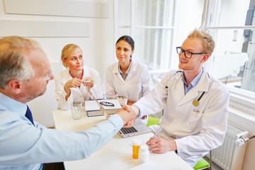 Arzt begrüßt Patienten mit Handschlag