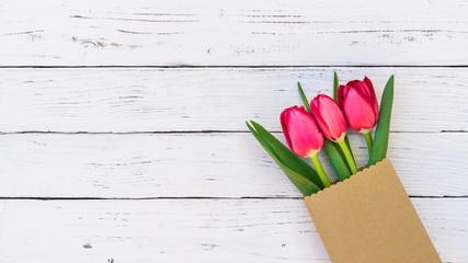 Ostern Tulpen Blumen Geschenk Tüte auf Holz Hintergrund weiss