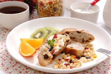 リュスティックとフルーツグラノーラの朝食
