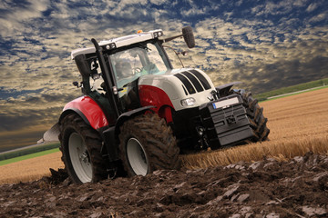 Traktor bearbeitet landwirtschaftlichen Boden