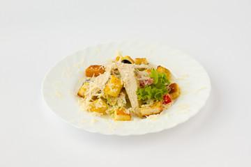 Салат из куриного филе приготовленного на гриле, свежих помидоров, гренок, маслин и посыпанными тертым твердым сыром