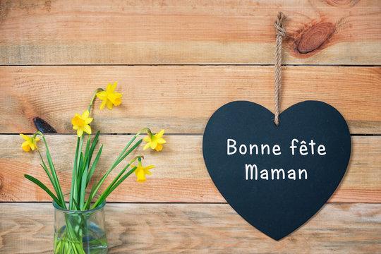 Bonne fete maman, carte de fête des mères, ardoise coeur, fond bois et jonquilles