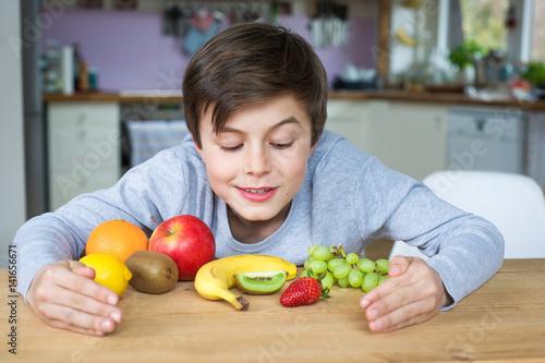 kind freut sich auf obst und fr chte f r eine gesunde ern hrung mit vielen vitaminen immagini. Black Bedroom Furniture Sets. Home Design Ideas