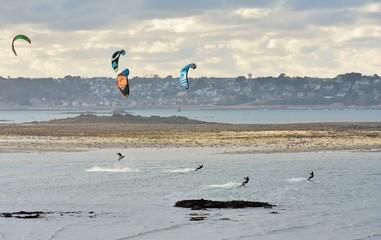 Plusieurs personnes pratiquent le Kitesurf en Bretagne
