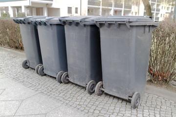 Mülltonnen auf dem Gehweg