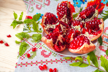 Cut the pomegranate on a plate