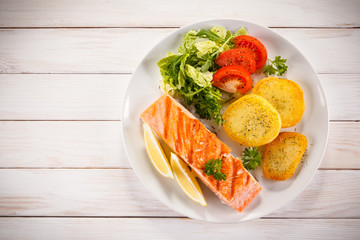 Roast salmon with potatoes