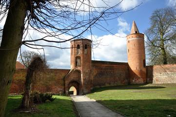 Goleniów - Mury obronne z wieżami Menniczą i Prochową