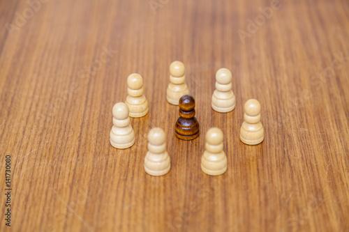 wei e schachfiguren im kreis angeordnet mut einer. Black Bedroom Furniture Sets. Home Design Ideas