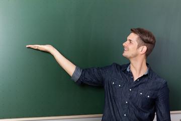 Lehrer vor einer Tafel