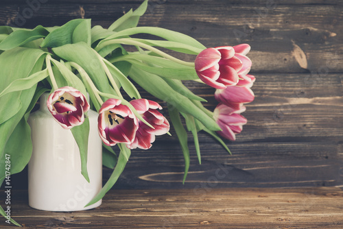 tulpen in der vase fr hlingsblumen stockfotos und. Black Bedroom Furniture Sets. Home Design Ideas