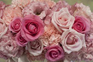 ピンク色のバラ、カーネーション、トルコキキョウの花束