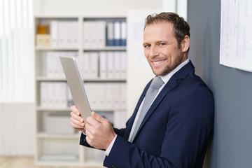 geschäftsmann liest die nachrichten am tablet