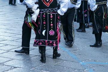 gambe di danzatori in festa