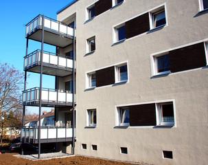 Renovierung eines Mehrfamilienhauses, Anbau neuer Balkone