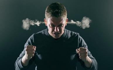 Wütender Mann mit rauchenden Ohren