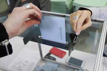 ELECTIONS, BUREAU DE VOTE, URNE