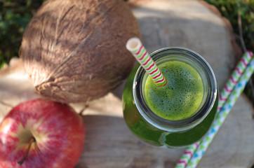 veganer grüner Smoothie mit Spinat, Apfel und Kokos (Außenaufnahme)