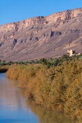 village au bord d'une rivière au milieu des montagnes arides au Maroc
