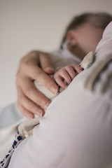 mains maman bébé nouveau né dans les bras