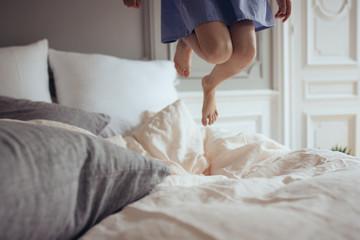pieds d'enfant dans un lit douillet
