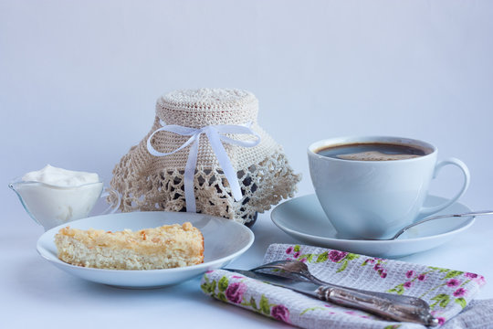 The breakfast still life with coffee and curd tart. Утренний натюрморт с кофе