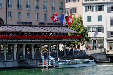 Vom Landesmuseum bis zum Casino Lake Side beim Tiefenbrunnen können Touristen mit dem Limmatboot durch die Innenstadt von Zürich fahren.