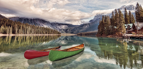 Photo sur Aluminium Lac / Etang Emerald Lake Reflections - Kayaks on Emerald Lake, Yoho National Park, Canadian Rockies.