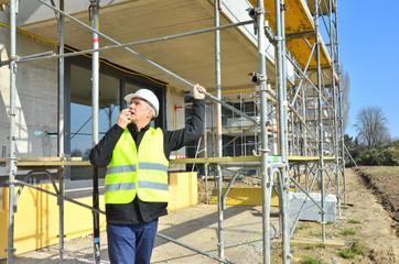 Bauleiter mit Walkie Talkie auf der Baustelle
