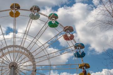La ruota panoramica e il cielo azzurro con le nuvole bianche