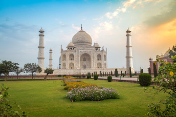 Fototapete - Taj Mahal at sunrise- A white marble mausoleum built on the banks of the Yamuna river by Mughal king Shahjahan bears the heritage of Indian Mughal architecture.
