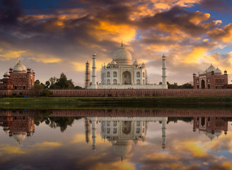 Fototapete - Taj Mahal along with the east  and west  gate on the Yamuna river banks at sunset. Photograph taken from Mehtab Bagh.