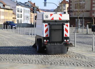 Kehrmaschine macht Straßenreinigung