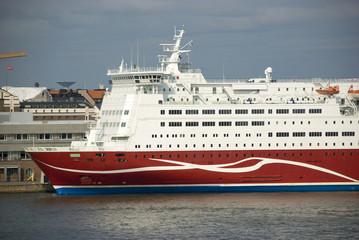 Großes Passagierschiff im Hafen von Helsinki, Finnland