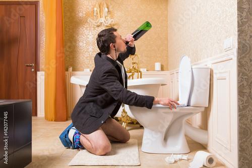 Funny Drunk Man Urine In The Toilet Bowl Stockfotos Und Lizenzfreie