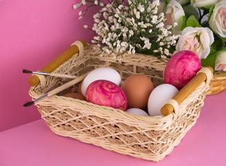 яйцо в корзинке на розовом фоне