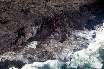 Glühende Lava fliesst ins Meer an der Südküste von Big Island, Hawaii, USA.