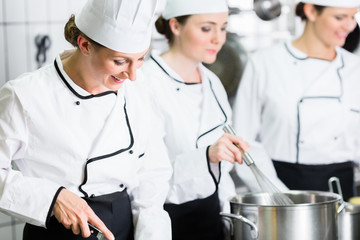 Küchenteam in einem Catering Betrieb