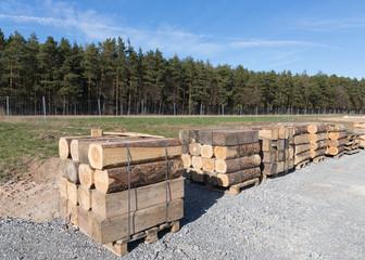 Holz steht auf Paletten zum Transport bereit