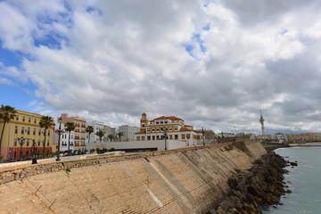 Strandpromenade/ Bucht von Cadiz in Spanien