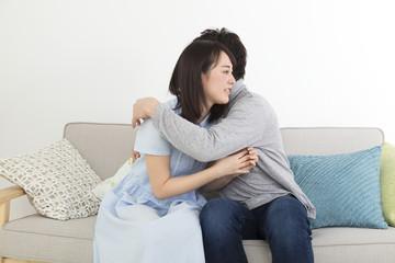 抱き合うカップル 室内 リビング