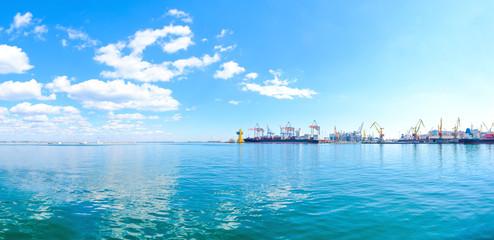 Fond de hotte en verre imprimé Port Panorama of the sea port. Cranes and ships. Bulk carrier ship in the port on loading.