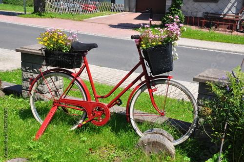 Fahrrad als dekoration mit blumen fotos de archivo e im genes libres de derechos en fotolia - Dekoration fahrrad ...