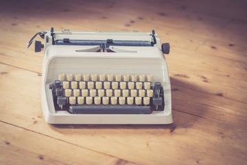 Retro Schreibmaschine auf Holzuntergrund