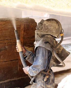 ouvrier de maintenance sur carénage