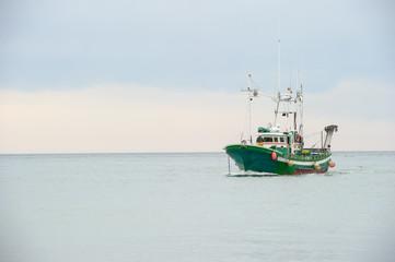 barco verde entrando al puerto de Ondarroa