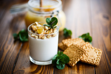 Greek yoghurt with honey and biscuits