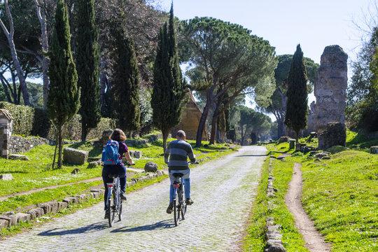 ciclisti lungo l'Appia Antica