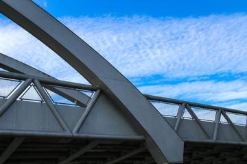 Brückengeländer mit Wolkenhimmel
